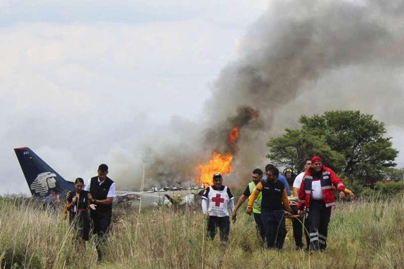 墨西哥一架客機7月31日不幸墜毀,但機上103人全部生還。(美聯社)