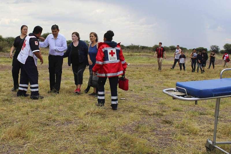 墨西哥一架客機7月31日不幸墜毀,但機上103人全部生還,部分乘客甚至可以步行離開現場。(美聯社)
