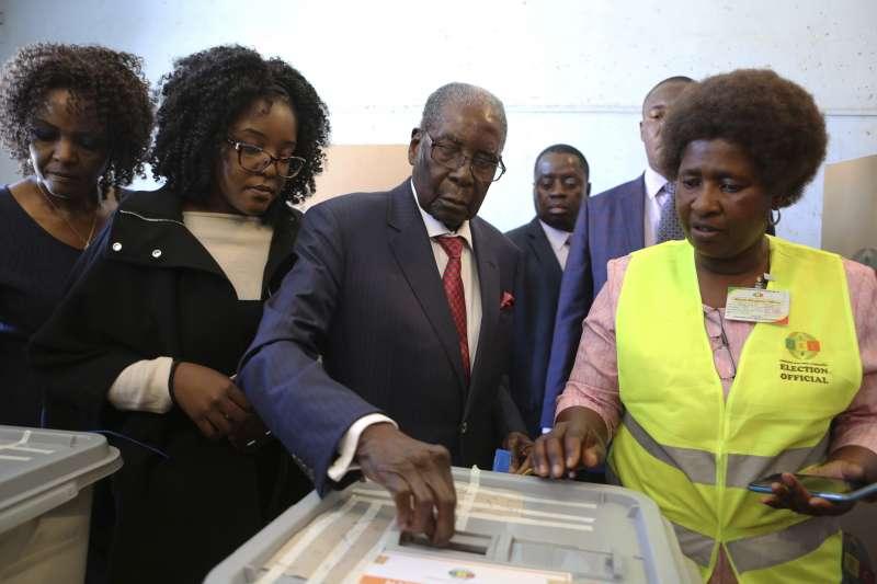 辛巴威大選:前總統穆加比投票(AP)