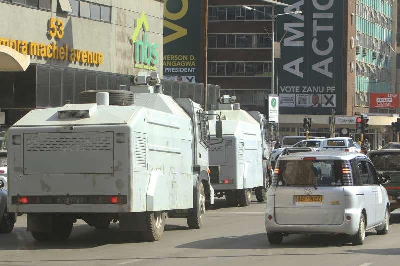 辛巴威大選:軍警噴水車進駐街頭,避免動亂發生(AP)