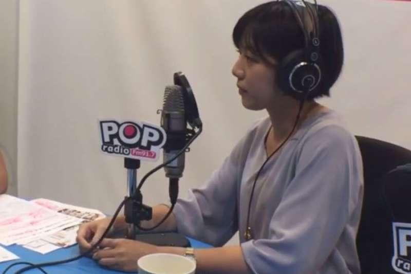台北市長柯文哲幕僚「學姊」黃瀞瑩今(2)日接受POP Radio廣播節目專訪時表示,大眾在「陪吃飯」這件事的解讀比自己想像中多了一點,市長的意思就是吃個飯、見面會,且只是提議而已。(取自POP Radio臉書直播影片)