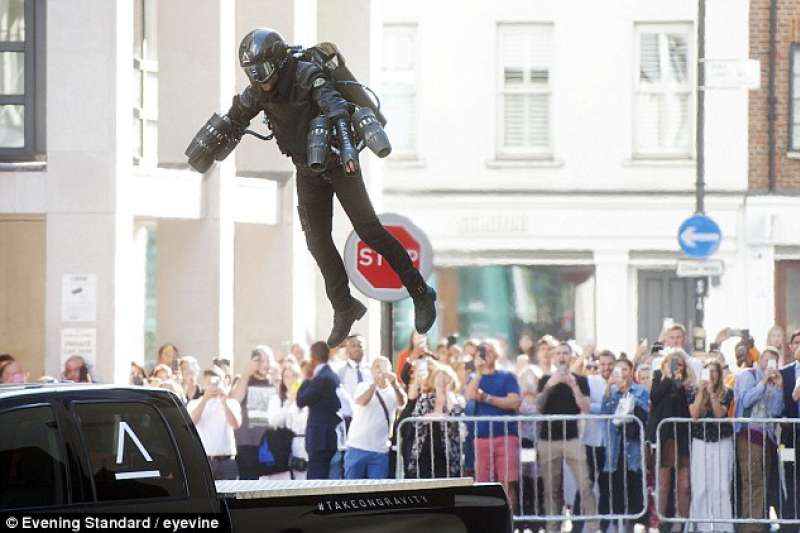 變身鋼鐵人不是夢!英國發明家造出「噴射飛行裝」已於倫敦開賣。日前他在街頭穿上噴射飛行裝試飛,又穩又快、宛如鋼鐵人現身,路人全都看呆了。(圖/翻攝自每日郵報,智慧機器人網提供)