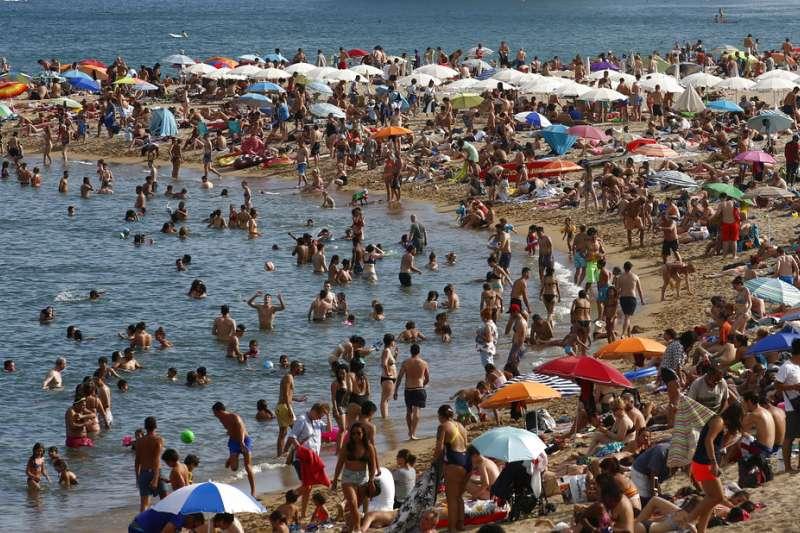 西班牙熱浪來襲,許多人到水邊消暑(AP)