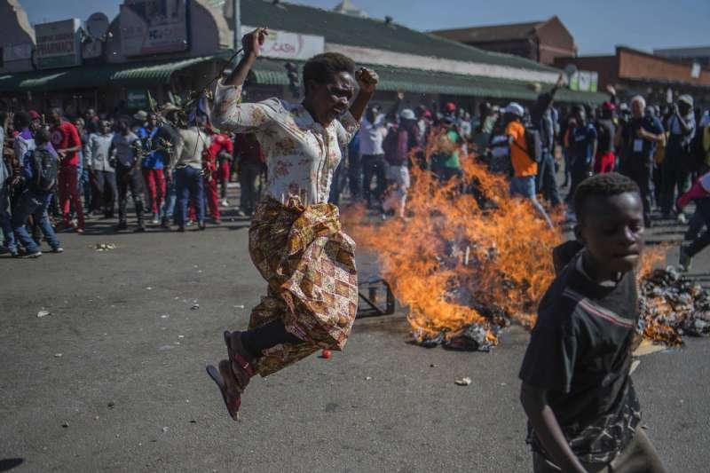 辛巴威選舉:反對派民眾上街抗議。(AP)