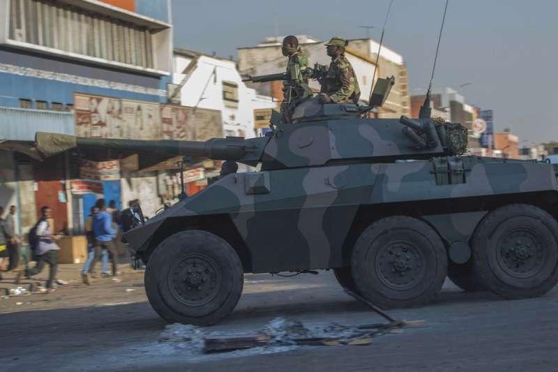辛巴威選舉:坦克車駛入首都哈拉雷鎮壓民眾抗議。(AP)