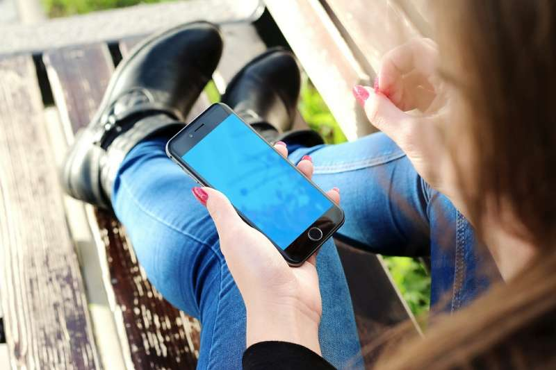 挽救兒童手機成癮,法國新法規定,幼兒園到國中學生全面禁止在校使用手機。(JESHOOTScom@pixabay)
