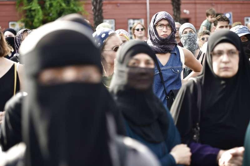 反對丹麥「面紗禁令」的穆斯林婦女1日上街抗議,主張:我的穿著、我的選擇。(美聯社)