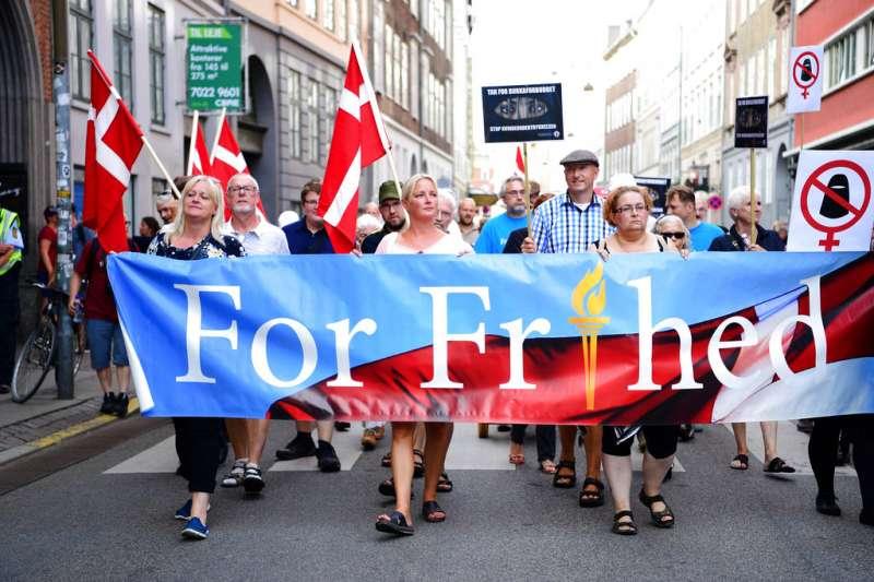 支持丹麥「面紗禁令」的民眾1日也上街示威。(美聯社)
