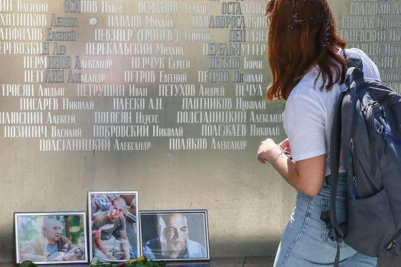 民眾悼念為了調查傭兵部隊赴俄羅斯採訪的三名記者。(BBC中文網)