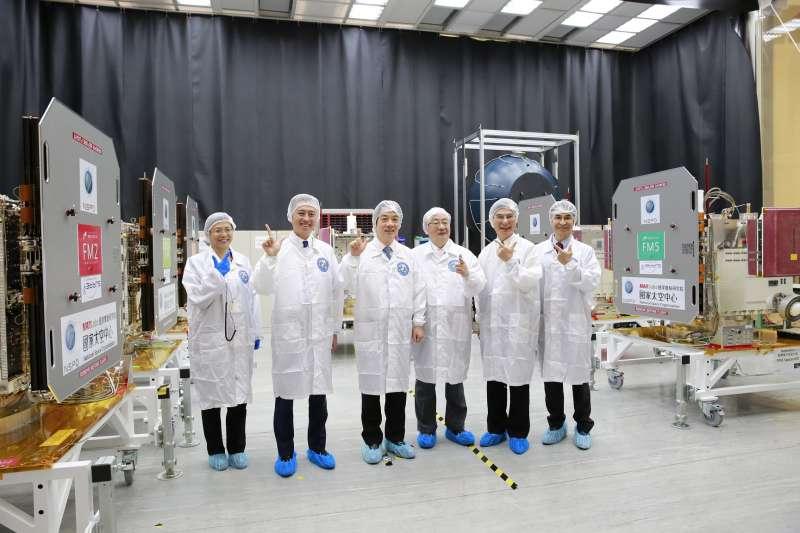 行政院長賴清德(左三)由科技部部長陳良基、立委柯建銘等陪同,3日前往國家太空中心進行參訪。(圖/科技部提供)