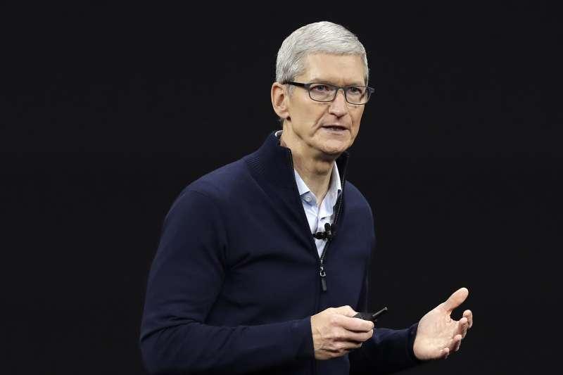 蘋果執行長庫克在內部會議承認,特定部門將減少招聘新人,以因應業績下滑(AP)