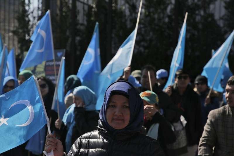 3月15日,維吾爾人和他們的支持者在紐約聯合國總部附近舉行示威抗議中國政府的監控。(美聯社)