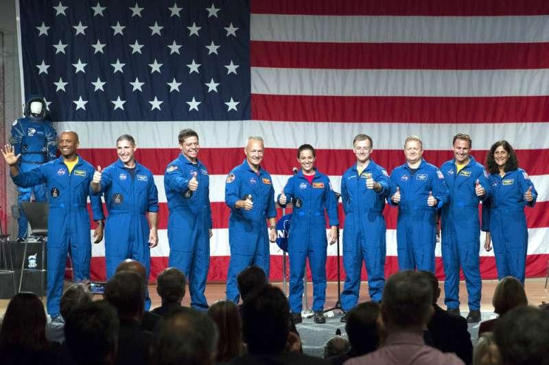 美國NASA在休士頓詹森太空中心(Johnson Space Center)宣布首批搭乘民間太空船的太空人名單。(AP)