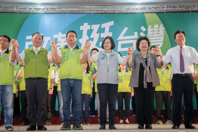 2018年8月4日,民進黨「改革挺台灣」全國授旗誓師大會在宜蘭縣舉行,蔡英文、陳菊、林錫耀、林聰賢到場,全力替陳歐珀催票。(民進黨)