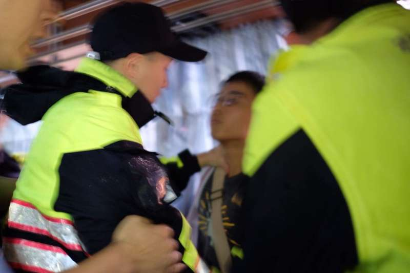 20180804-大觀自救會4日下午前往江翠國小外舉行記者會,警察將所有於記者會出席的陳情者抓上警備車,囚禁在車上。(大觀自救會提供)