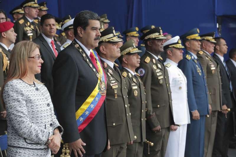委內瑞拉總統馬杜洛4日在國民警衛隊成立81周年紀念活動上發表演說,現場傳出爆炸,其妻弗洛雷斯也在台上。(美聯社)