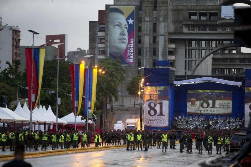 委內瑞拉國民警衛隊成立81周年紀念活動上發生爆炸,總統馬杜洛稱是暗殺攻擊。(美聯社)