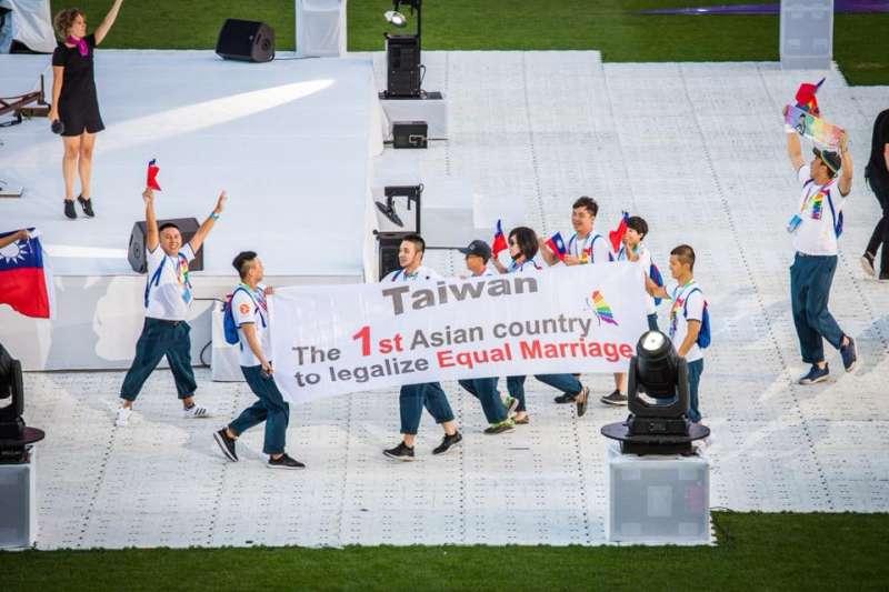 同志運動會:台灣隊舉著「台灣,第1個婚姻平權合法化的亞洲國家」的布條(台灣同志運動發展協會提供)