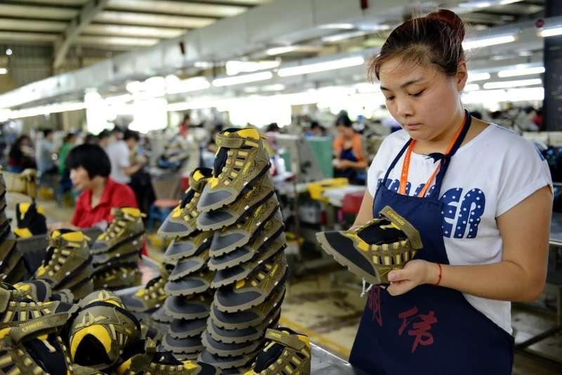 寶成工業24日公告去年度財報,合併營收新台幣2499.54億元,歸屬於公司業主稅後淨利48.4億元,每股盈餘1.64元。(示意圖/新華社)