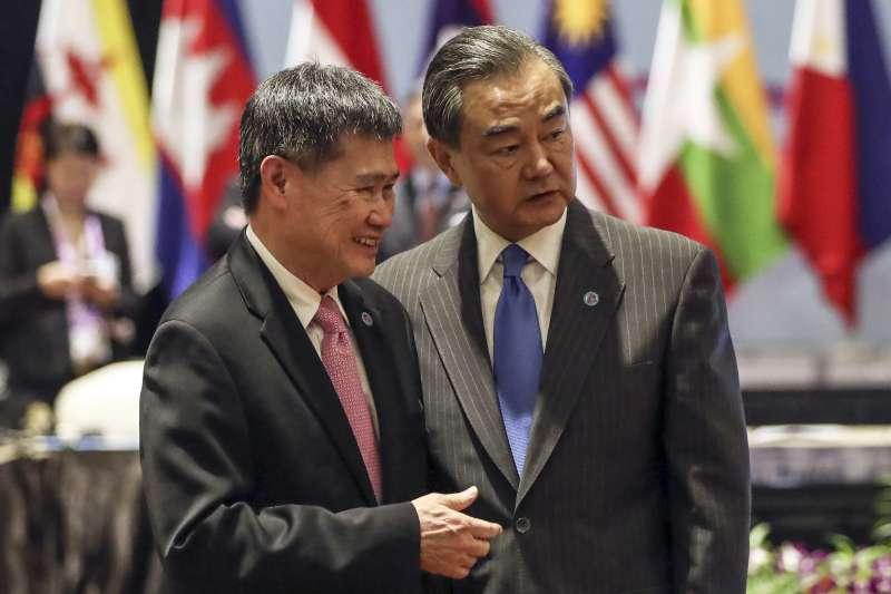 中國外交部長王毅(右)與東協秘書長林玉輝(Lim Jock Hoi,左)。(美聯社)