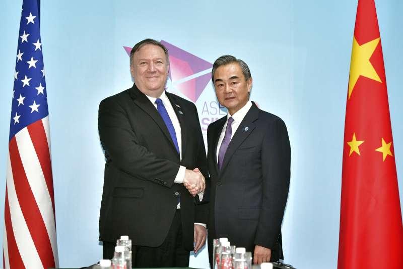 美國國務卿龐畢歐(左)與中國外交部長王毅(右)在第51屆東協外長會議上合影。(美聯社)
