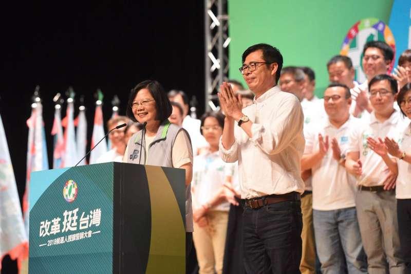 兼民進黨主席的總統蔡英文(左)下午到高雄為陳其邁(右)輔選。(翻攝臉書「蔡英文 Tsai Ing-wen」)