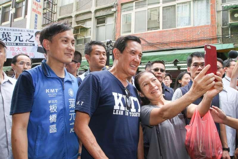 20180805-前總統馬英九(中)陪同新北市議員參選人葉元之(左)拜票掃街,沿著板橋福德市場一一握手致意,受到婆婆媽媽歡迎及拍照合影。(陳明仁攝)