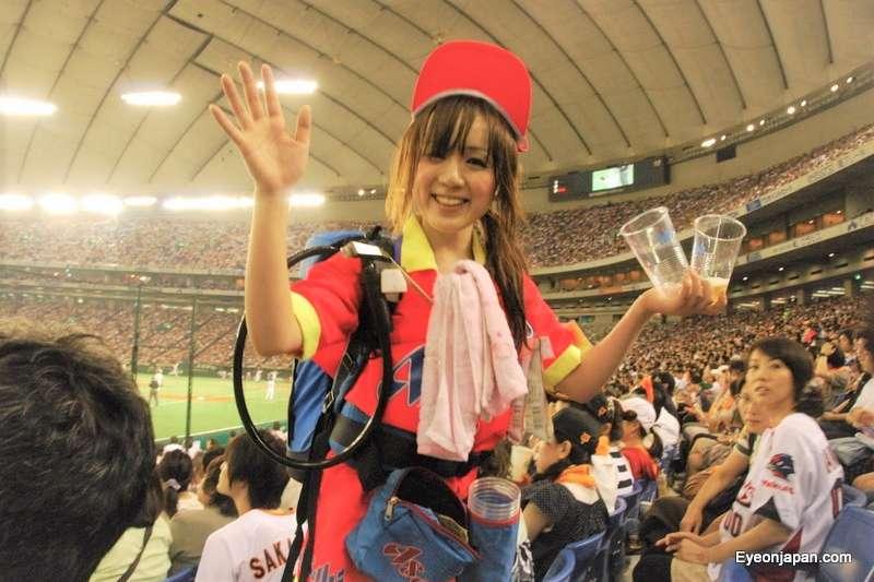 日本的「啤酒女孩」可以說是東京巨蛋最美麗的一道風景!(圖/Richie Johns@flickr)