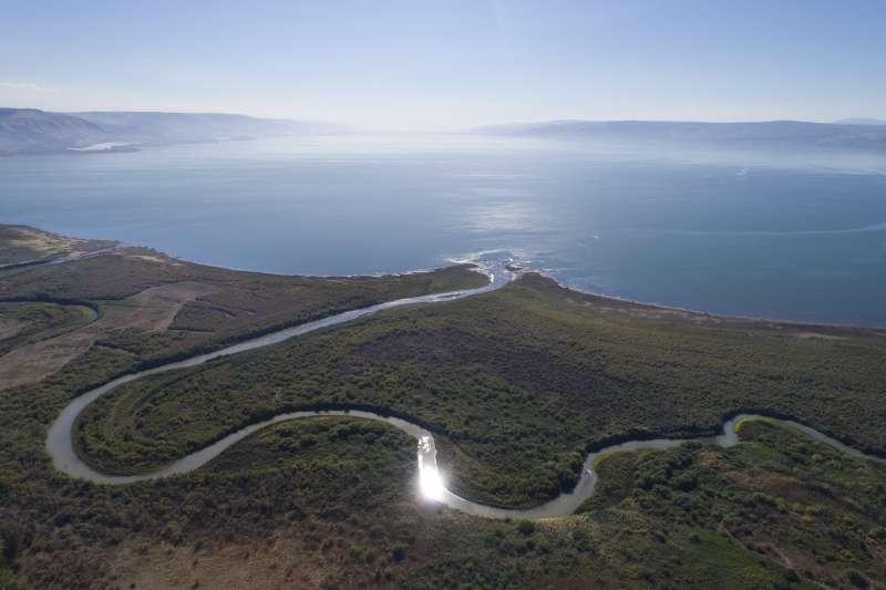 上約旦河注入加利利海,這裡除了是以色列內陸的重要水源,也是舊約聖經的知名舞台,耶穌曾在此多次施展神蹟。(美聯社)