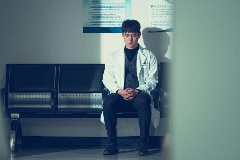 大學考試入學分發放榜,許多人夢寐以求唸醫科、當醫生,事實上充滿了辛酸血淚。(圖/Oricon News(オリコンニュース)@facebook)
