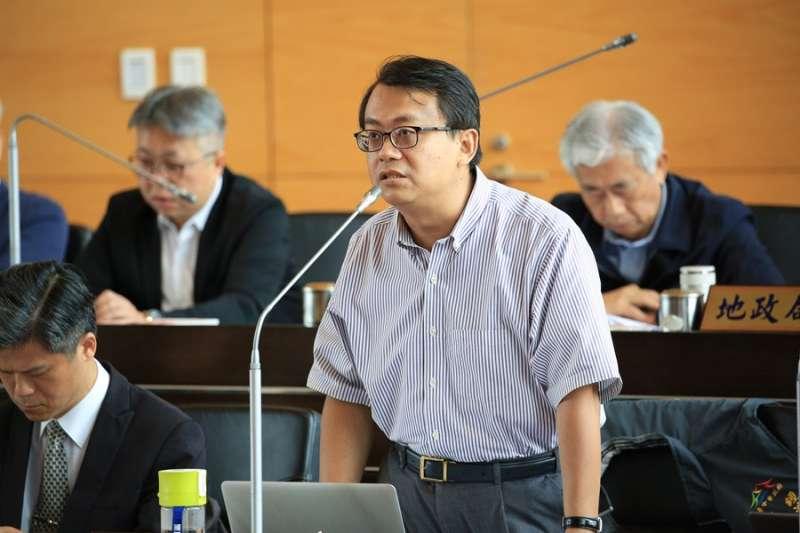 經濟發展局局長呂曜志,說明限電對台中帶來的影響。(台中市政府提供)
