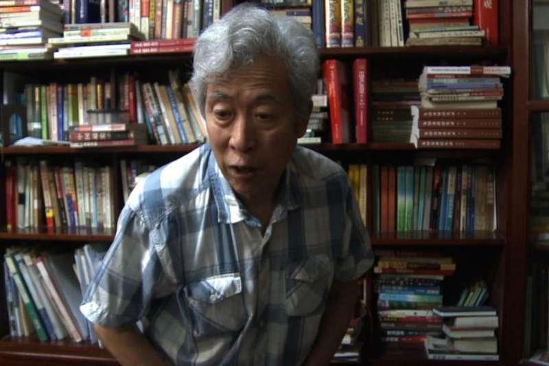 中國山東大學退休教授孫文廣在濟南家中接受訪談。(美國之音)
