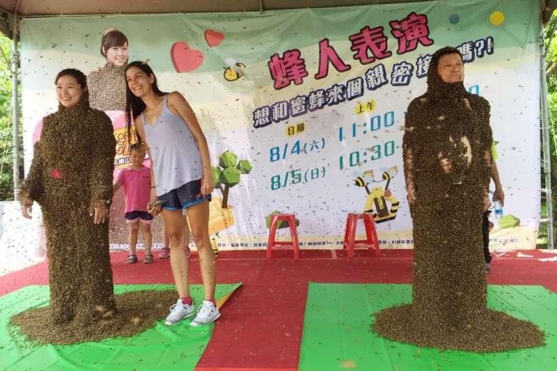 蜂農王信和及女兒聯手表演「蜂人秀」。(圖/高雄市政府農業局提供)