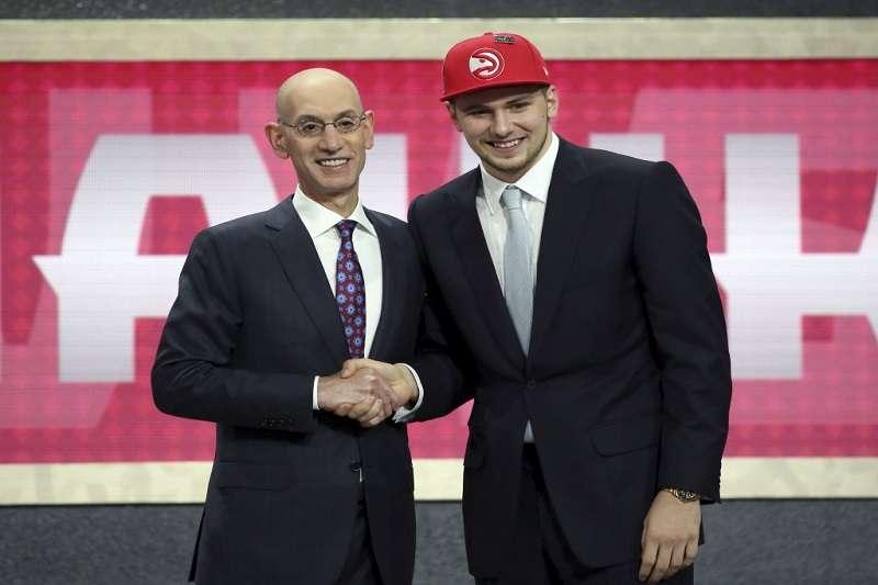 唐西奇在NBA選秀以第3順位由亞特蘭大老鷹選中,隨即被交易至獨行俠。 (美聯社)