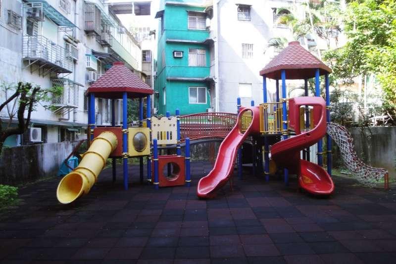 準公共托育新制上路,若幸運抽中公立幼兒園,學費將獲得全免,然而抽到的機會卻相當低,不少中產父母仍必須忍著荷包失血,將心愛的寶貝送往私立幼兒園。(資料照,取自Tzuhsun Hsu@flickr)