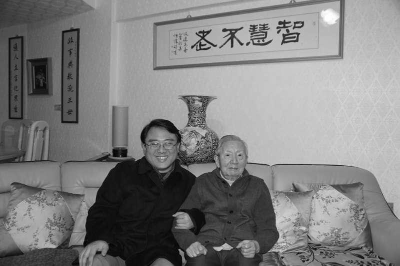 著名中國思想史學者韋政通(右)於5日凌晨3點半逝世,享壽91歲,學生陳復(左)在個人臉書上發布訃告緬懷恩師。(取自陳復個人臉書)