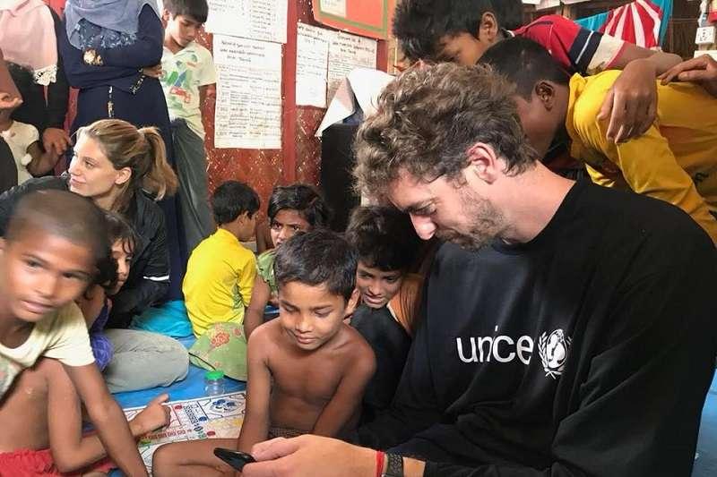 馬刺球星加索前往孟加拉最大的羅興亞難民營「克斯巴扎爾」,與孩童一起玩樂,並關注其居住環境等相關議題。 (圖取自Pau Gasol臉書)