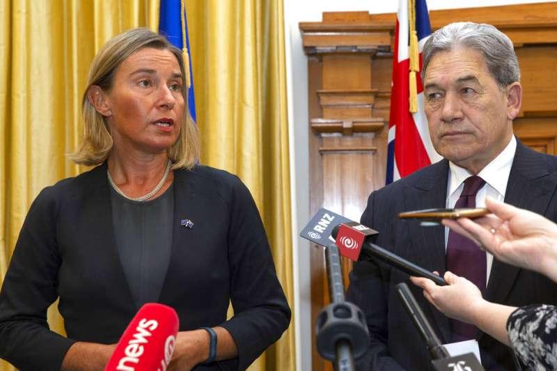 歐盟外交和安全政策專員(歐盟外長)茉格里尼(Federica Mogherini,左)7日表示,要盡最大努力,使伊朗繼續待在協議中。(AP)