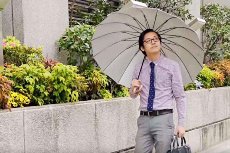 在日本人眼中,男生撐陽傘這件事仍是羞恥、難以接受的。(圖/取自youtube)
