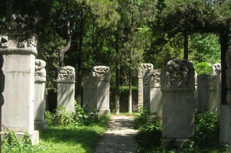 墓地根本就已經不夠了,到底要把人放到哪裡比較好?(圖/澎湃新聞)