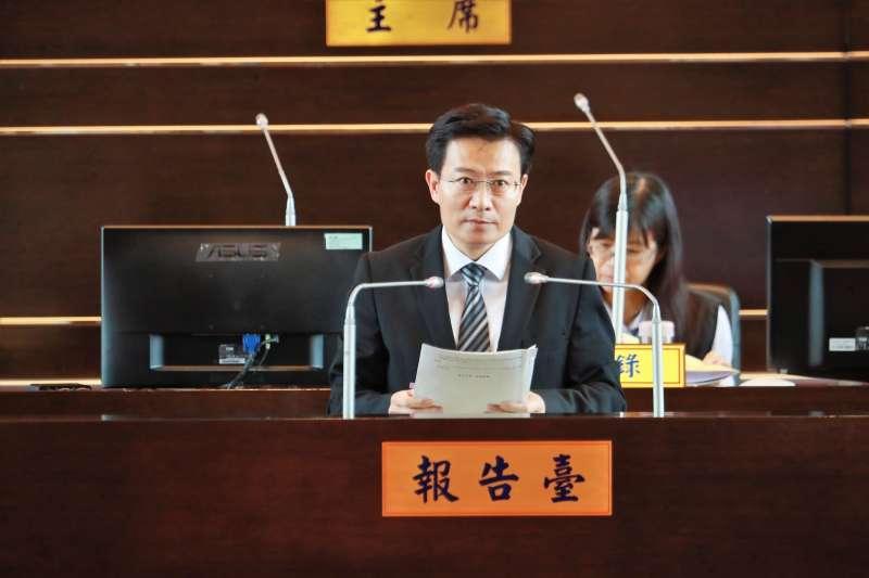 台中市多位議員向環保局長白智榮關心二行程機車汰換情形。(圖/台中市政府提供)