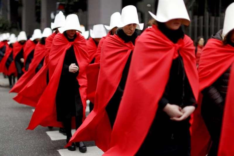 今年7月,力挺墮胎合法化的阿根廷民眾扮成「使女的故事」角色,走上首都布宜諾斯艾利斯街頭,要求將身體自主權還給女性(美聯社)