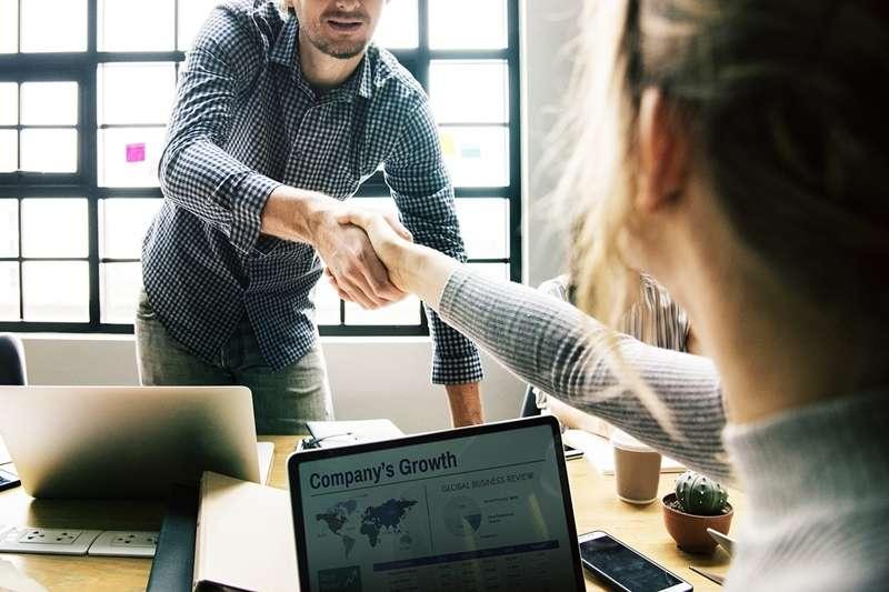 如果你覺得和老闆是朋友,那可能要想想自己是否對老闆有錯誤的期待...(圖/Pixabay)