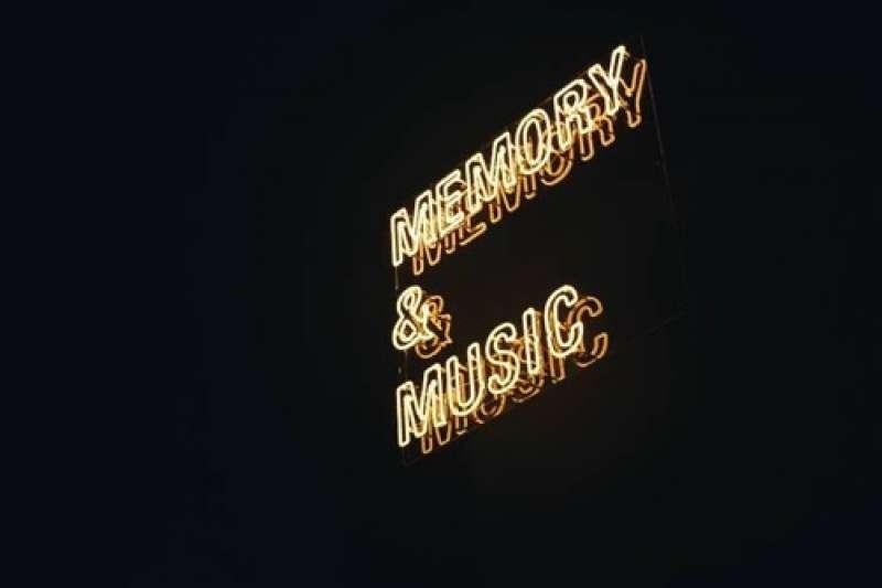 2018臺北文創記憶中心今(9)日開展,主展館上的「Memory」和「Music」復古霓虹燈,呼應出今年的展覽主題「記憶」和「音樂」(圖/台北文創提供)