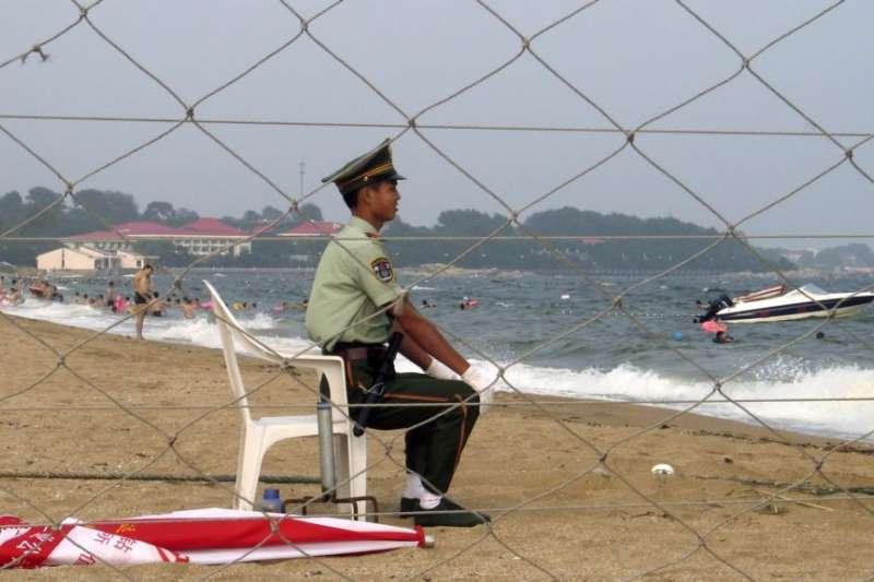 北戴河政府官員專用海灘上的一名軍人。(美國之音)