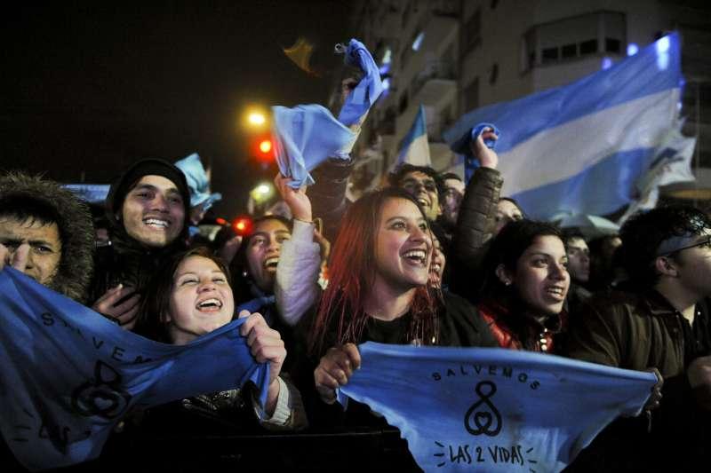 阿根廷參議院否決墮胎合法化法案,反墮胎民眾高興歡呼(AP)