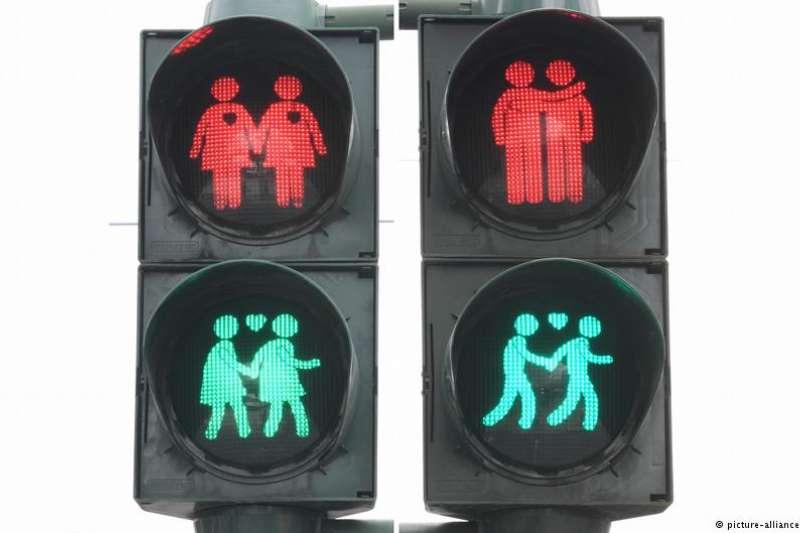 德國城市美因河畔法蘭克福對行人交通信號標志作出永久性的更改。綠燈上顯示一對相互擁抱的男同性戀情侶,與一對手牽手的女同性戀情侶, 在他們的上方還各有一顆愛心。(圖/德國之聲)