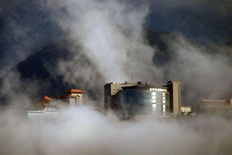 雲霧中的文化大學(圖/取自Sati Lin @wiki共享資源)