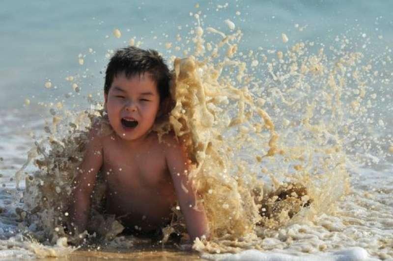 夏天,很多人父母帶小孩到海邊玩樂,但同時危機四伏。(BBC中文網)