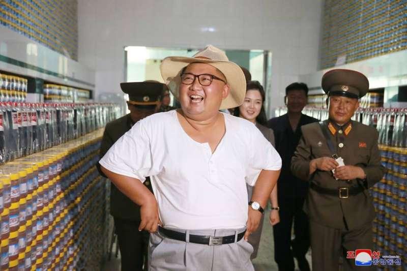 金正恩輕裝視察工廠。(BBC中文網)